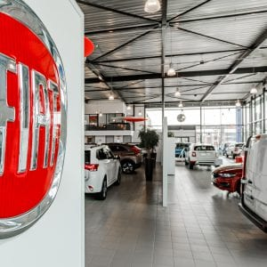 Showroom Autobedrijf Aaltink-Nijverdal met Fiat en Mitsubishi