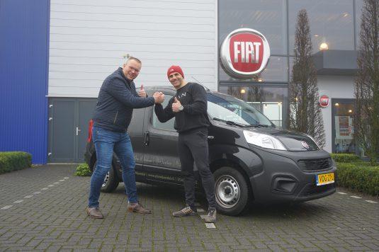Ewald Aaltink overhandigd Bilal Durmaz van Plan Nijverdal zijn nieuwe Fiat Fiorino